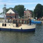 Admirał Rafał wpływa lodołamaczem do portu Tolkmicko