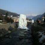 Żegna nas lodowa rzeźba w rzece w St.Ulrich-Ortisei.