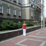 Kasia przed Ratuszem w Białej.