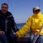 Szymon - żeglarz, uczestnik mini-jachtingu. Żółty stwór obok niego, to Kasia. Łączą ich więzy.
