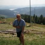 Widok z góry Żar. W tle Jezioro Żywieckie i Międzybrodzkie, przedzielone Zaporą w Tresnej. Na górę Żar wjeżdża się kolejką przerzuconą tu z Gubałówki. A zjeżdża - zlatuje paralotnią.