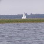 Jachtów i żagli bardzo niewiele na Mazurach o tej porze roku...