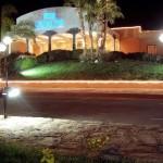 Coral Sea Hotel - widok od frontu nocą. Tam mieszkaliśmy.