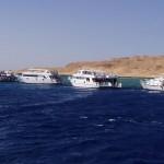 Na nurkowiskach zbiera się wiele łodzi z nurkami.