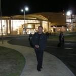 Mua, a w tle nowy terminal lotniska. W dzień bryła przypomina orła w locie.