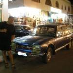 Relikt minionej epoki. Jeszcze 6 lat temu tak wyglądały taksówki. Stare Peugeoty 504 z lat 60-tych i 70-tych. Bagażnik przerobiony na 3 rząd FOTELI. Tak spreparowana TAKSÓWKA zabierała 9 - DZIEWIĘĆ osób. Dzisiaj już jest inaczej.