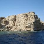 Skała, płycizna wody i ścianka rafy koralowej, dalej - głębina. Ras Mohammad.