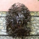 MEDUZA z greckiej mitologii. Fantastyczna rzeźba wykonana z korzenia drzewa. Wisi na ścianie w jednej z KAFENION.