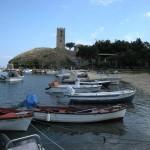 Port w Nea Fokea.  Z wieżą z czasów cesarstwa rzymskiego.