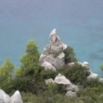Malowniczy zakątek skalno-morski.