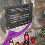 Tablica upamiętniająca ofiary białego szkwału z 21.08.2007 r. przed wejściem do kościoła w Mikołajkach.
