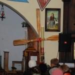 Krzyż z wioseł - pagajów, stanowiący scenografię do Mszy Św.